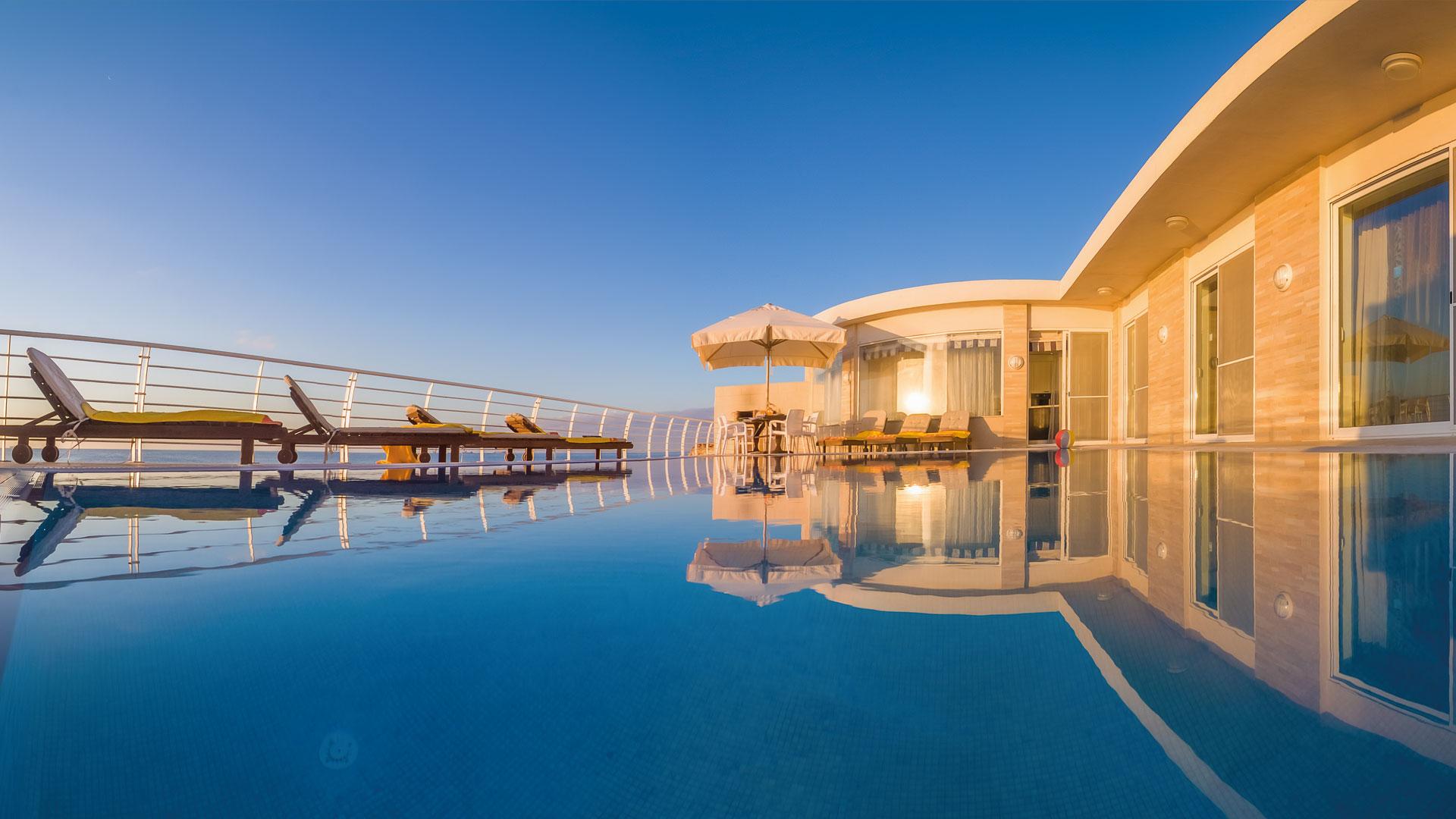 Villa watersedge holiday villas malta for Pool design malta